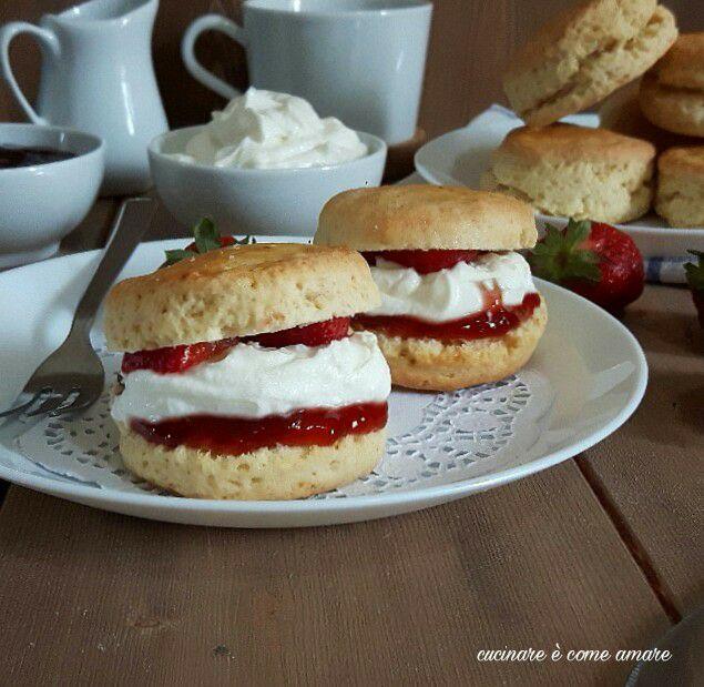 Scones con marmellata e crema allo yogurt cucinare for Cucinare yogurt greco