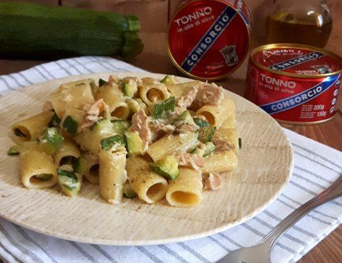 Mezze maniche con tonno e zucchine