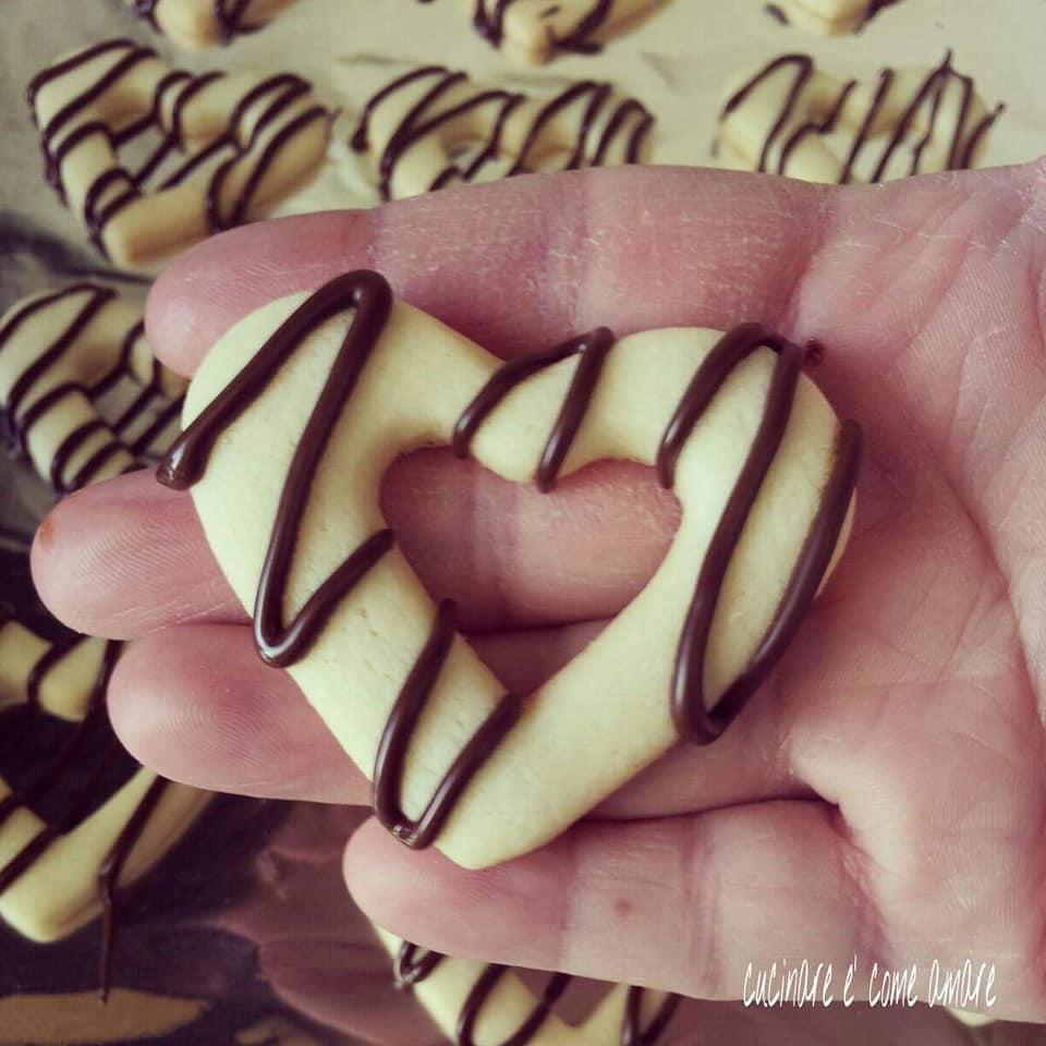 biscotto cuore con glassa cioccolato