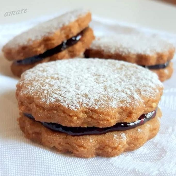 biscotto integrale ripieno di marmellata