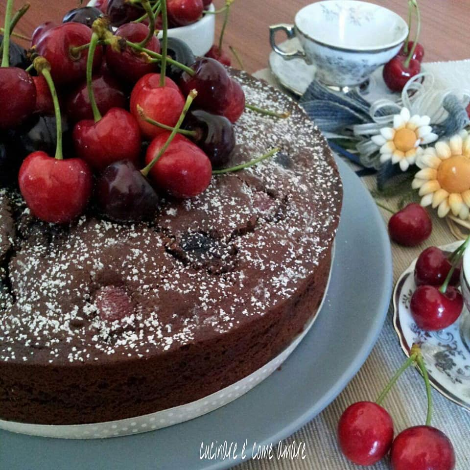torta dolce con ciliegie e cacao