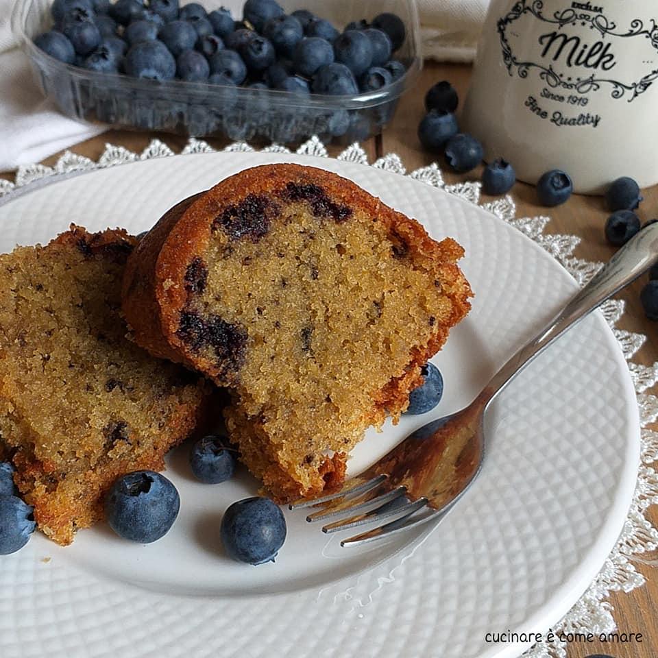 torta dolce con mirtilli e mandorla