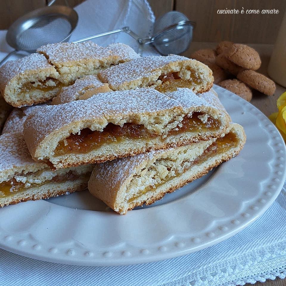 biscotto rotolo con ripieno amaretti marmellata