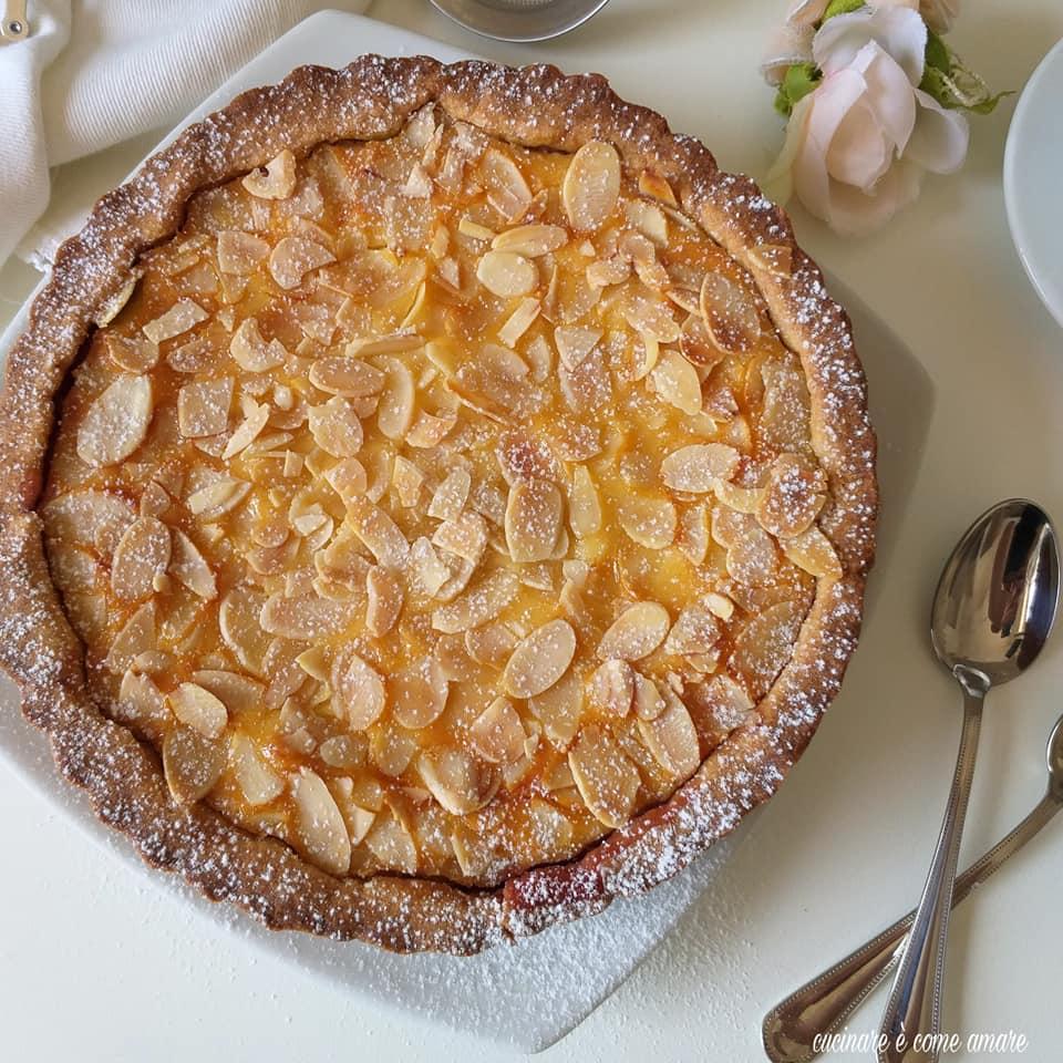 torta frolla ripiena di crema e mandorle