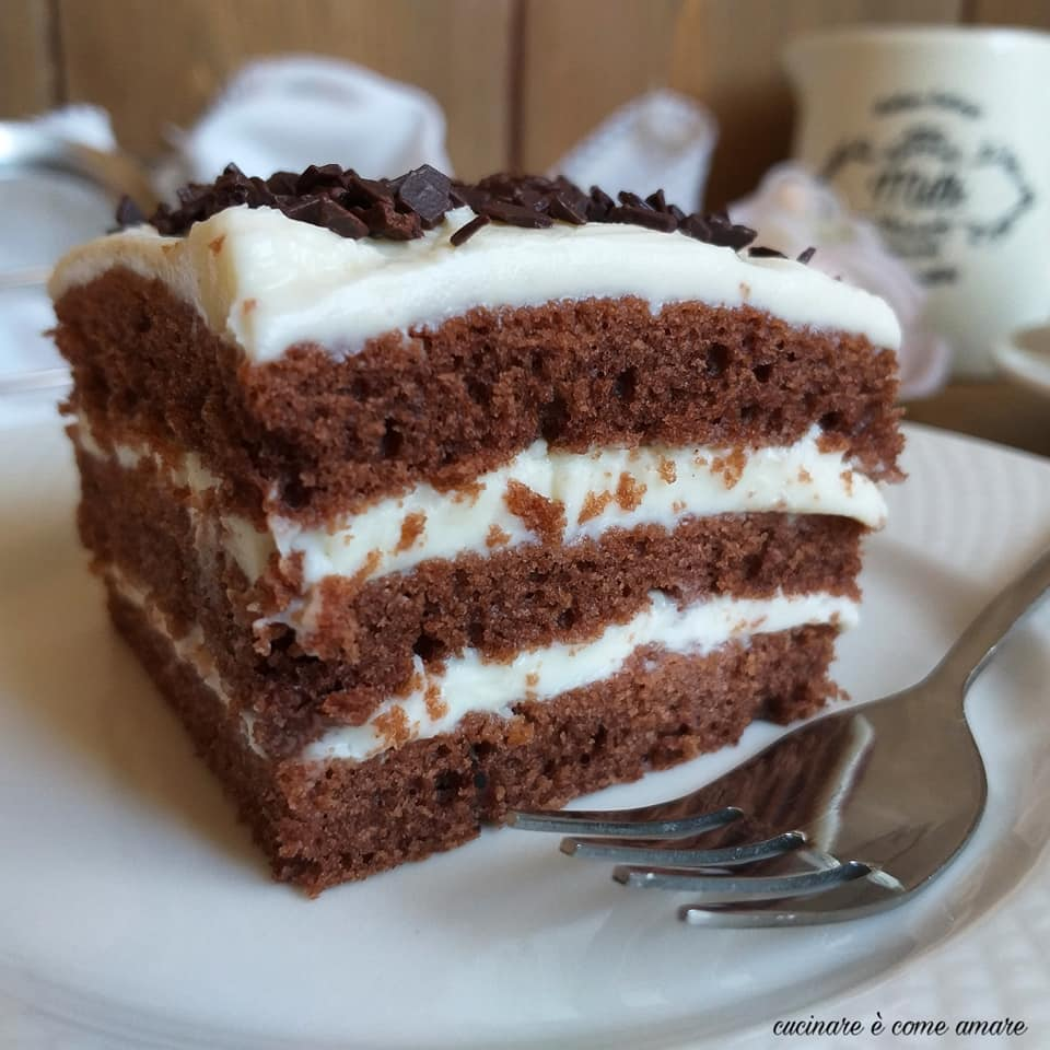torta dolce a strati al cacao ripiena