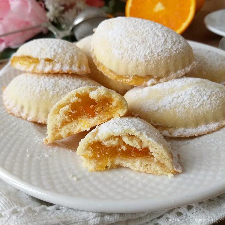 biscotto mezzaluna all'arancia dolce ripieno marmellata