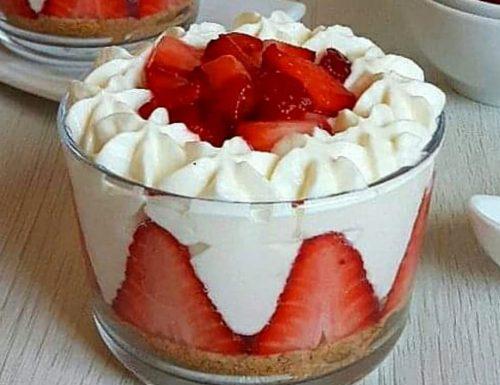 DOLCE MONOPORZIONE TIPO CHEESECAKE con crema yogurt e fragole