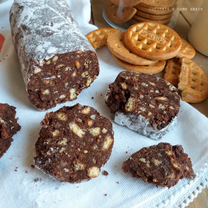 salame dolce di cioccolato con biscotti senza uova e senza cottura
