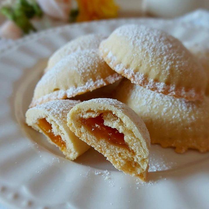 biscotto mezzaluna all'albicocca dolce ripieno
