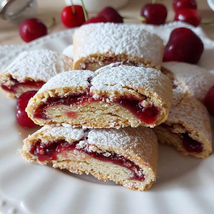 biscotto rotolo alle ciliegie dolce ripieno