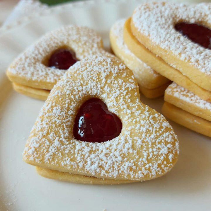biscotto frollino classico con marmellata dolce ripieno