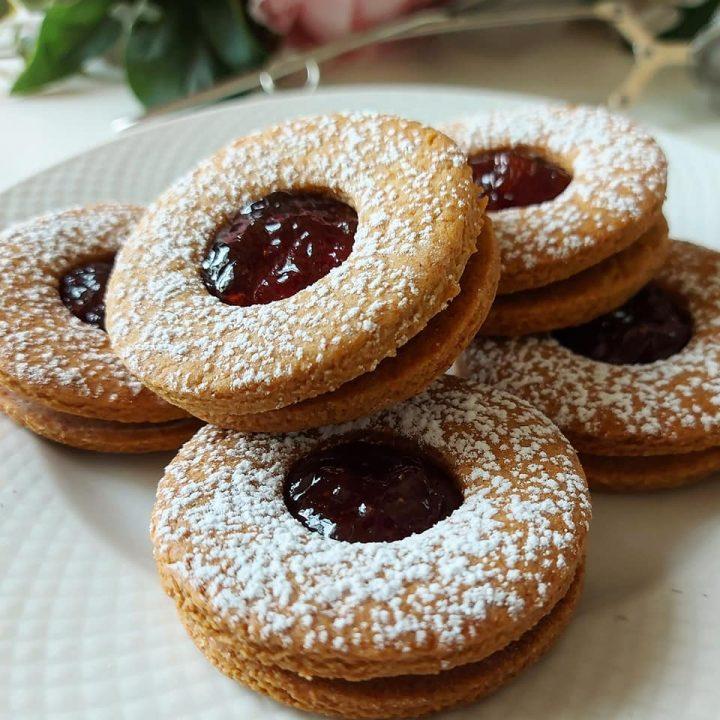 biscotti linzer occhi di bue dolce ripieno marmellata