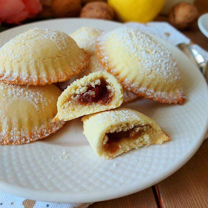 biscotto mezzaluna gusto strudel dolce ripieno mela e noci