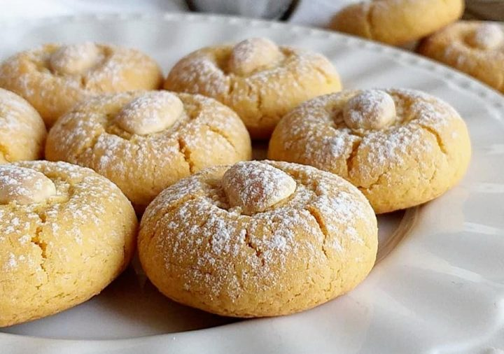 biscotti bottone con mandorle dolce semplice e buonissimo