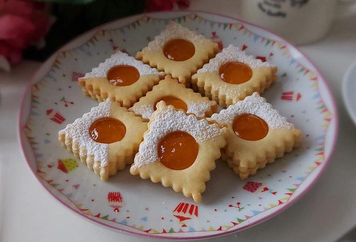 biscotti frollini quadrotti con marmellata dolce ripieno