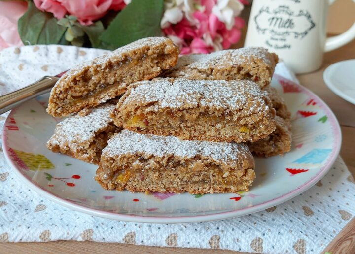 biscotti arrotolati mandorle e arancia dolce ripieno marmellata