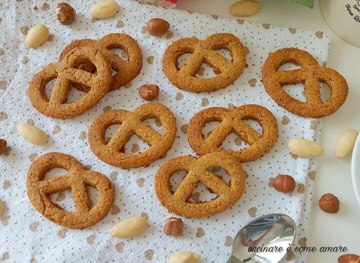 biscotti frollini danesi nocciole e mandorle dolce ricetta facile