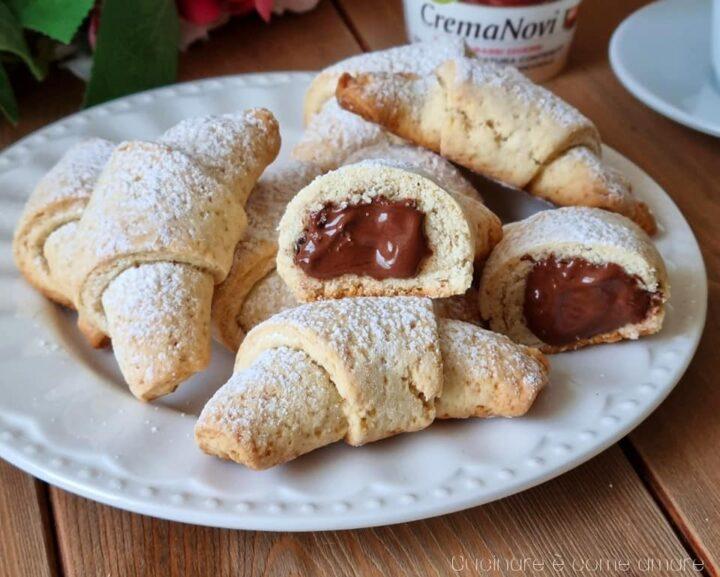 biscotti cornettini frollosi con crema alle nocciole dolce ripieno