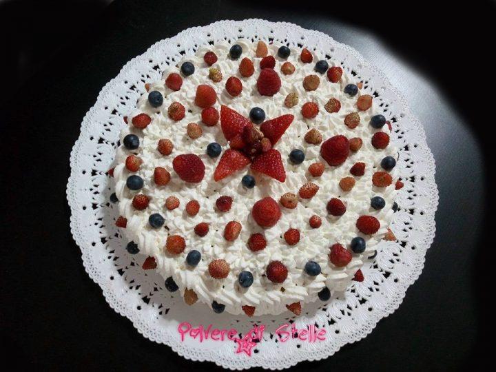 Torta classica con panna ai frutti di bosco