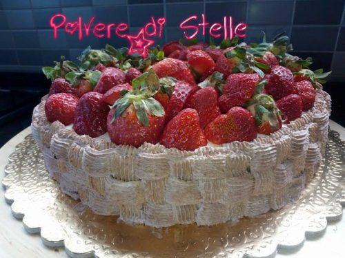 torta  di panna a forma di cestino di fragole