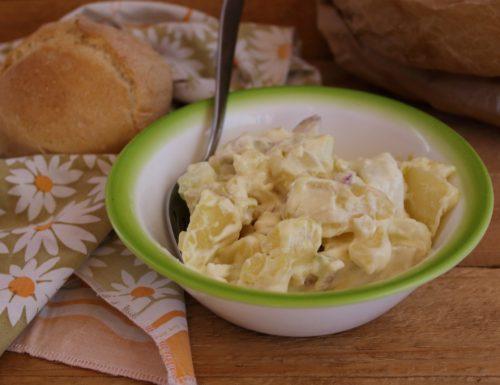 Insalata di patate , cetrioli e maionese