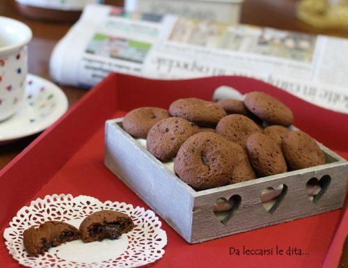 Biscotti al cacao ripieni di cioccolato