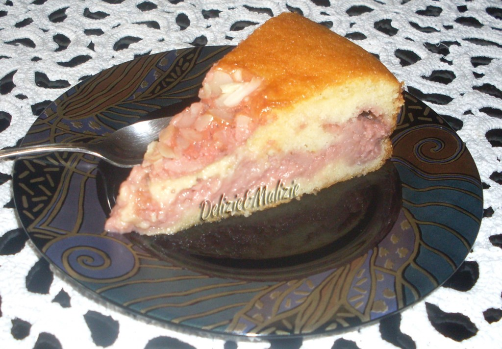 Torta soffice alle mandorle e crema di fragole fresche
