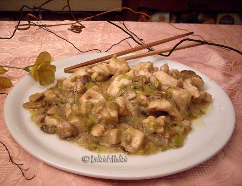 Bocconcini di pollo con porri e funghi