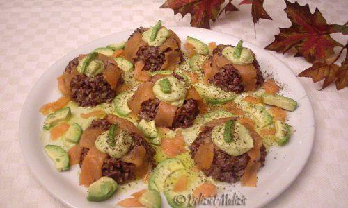 Ciambelline di riso rosso con salmone, avocado e guacamole