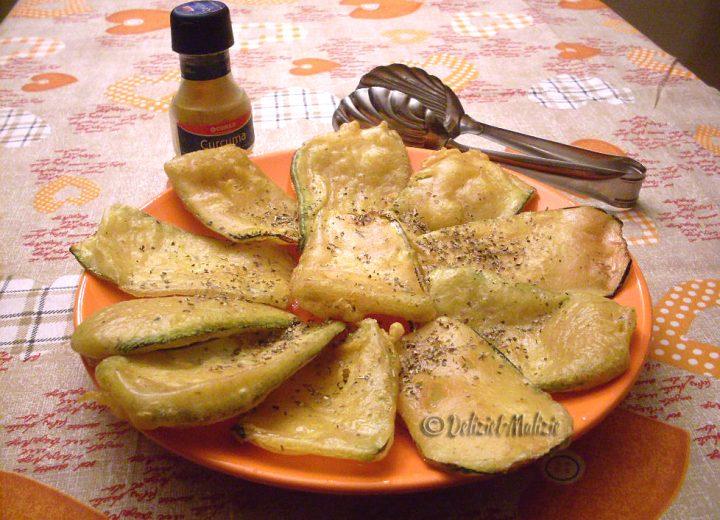 Chips di zucchine alla curcuma, uno sfizio croccante e leggero