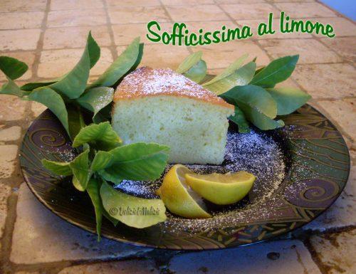 Torta sofficissima al limone, facile e senza pesare nulla