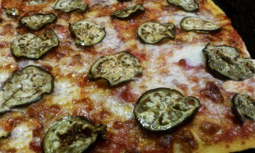 Pizza prosciutto e melanzane grigliate