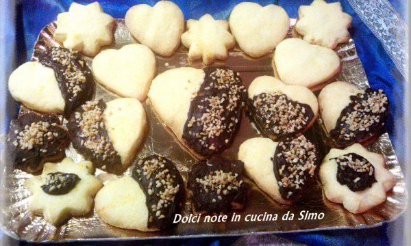Biscotti ricoperti al cioccolato e granella di nocciole