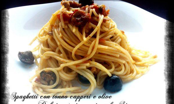 Spaghetti con tonno capperi e olive