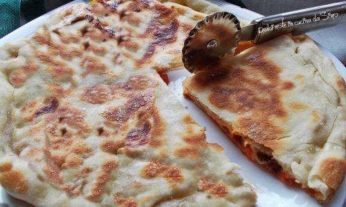 Focaccia farcita con pomodorini e acciughe cotta in padella