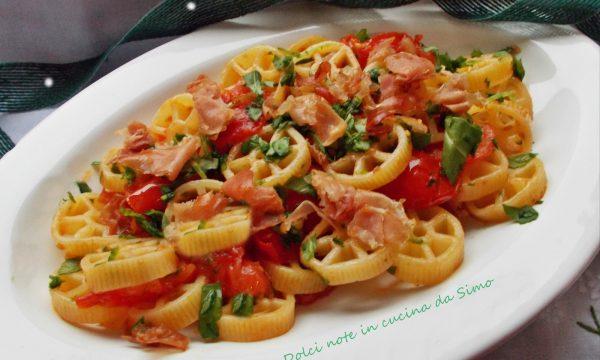Pasta con rucola pomodorini e speck croccante