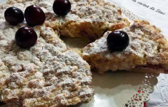 Sbriciolata alla crema di ricotta con ciliegie e meringhe
