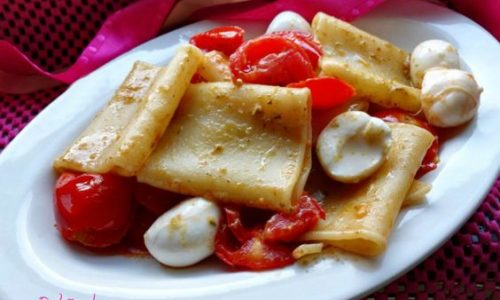 Paccheri al pesto con pomodorini e mozzarella