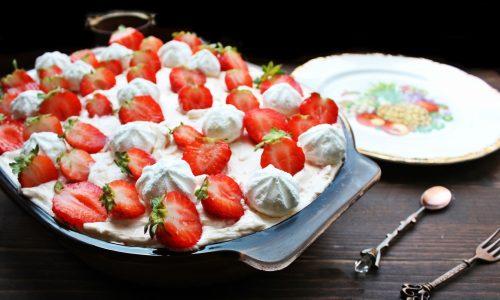 Tiramisu' con fragole e meringhe