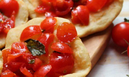 Focaccine fritte con pomodorini e menta