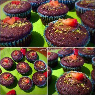 Muffin al cacao con cuore di fragola