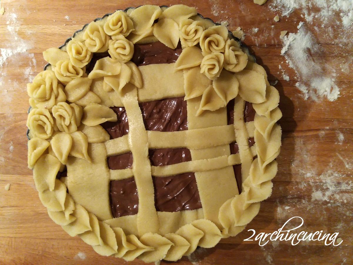 crostata in fiore alla nutella dolce con decorazioni in