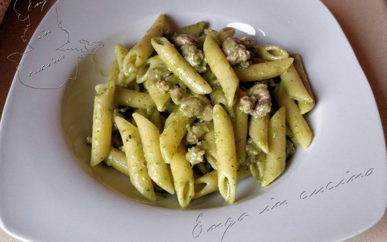 Penne salsiccia e pesto di rucola e pistacchi