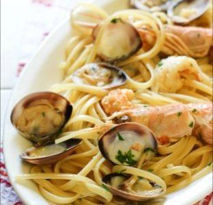 Spaghetti quadrati con scampi, vongole e olive