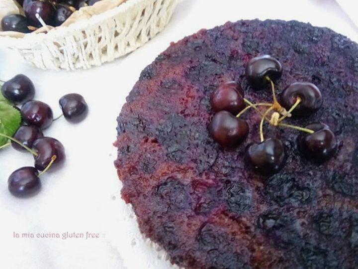 Torta rovesciata senza glutine con ciliegie fresche