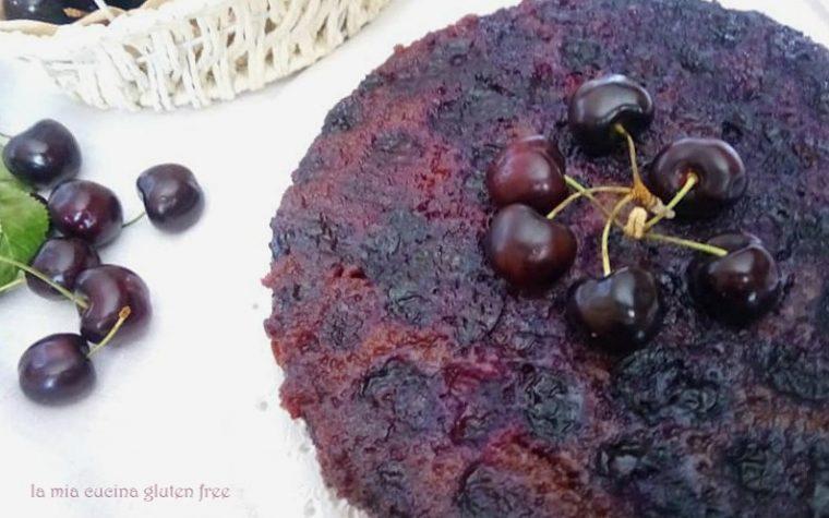 Torta rovesciata senza glutine con ciliege fresche