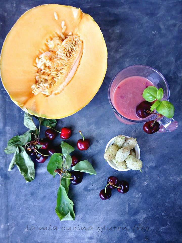 frappè con yogurt e frutta fresca ciliegie melone e gelsi