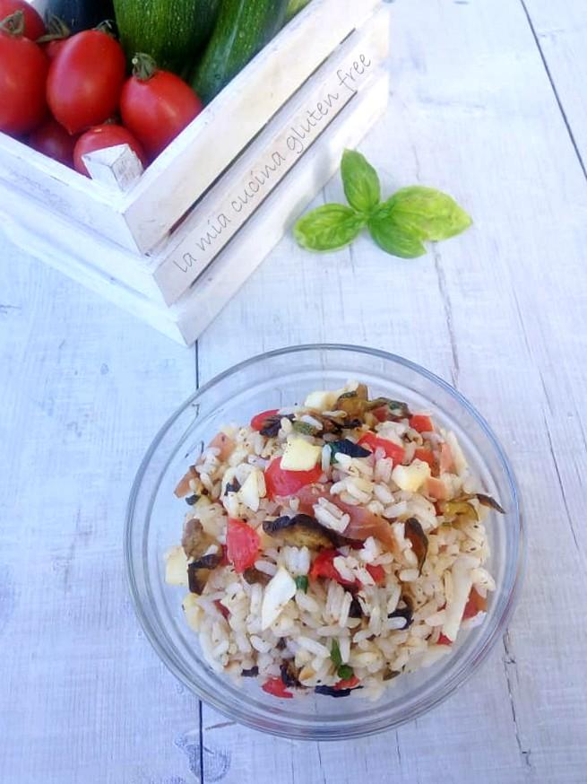 insalata di riso con verdure e pomodori e basilico