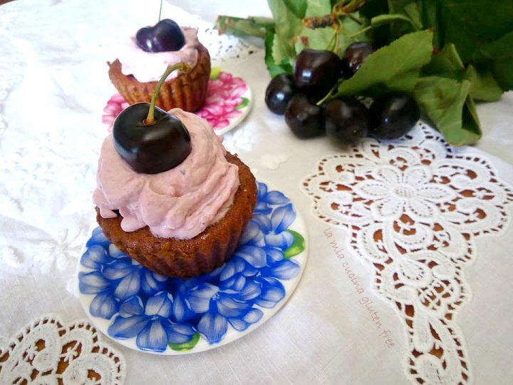 cupcakes senza glutine con ciliegie e frosting con cioccolato bianco