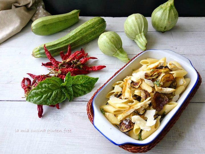 pasta fredda svuota frigo con zucchine pollo e scaglie di parmigiano